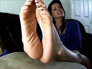 Mujer madura sexy muestra los pies y las suelas