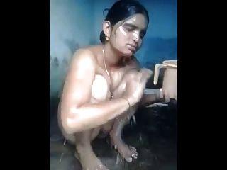 Milf indio bañándose y mostrando su coño hermoso