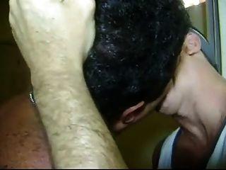 Hombres apasionados masculinos besándose
