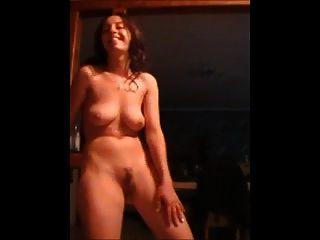 Mujer bailando desnuda