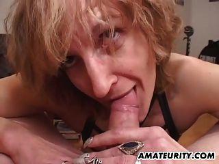 Mamá aficionada da mamada con eyaculación en la boca