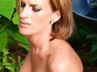 Sexy madura al aire libre en el coño y el culo