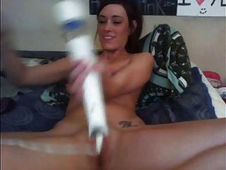 Webcam modelo tiene orgasmos múltiples con hitachi y consolador