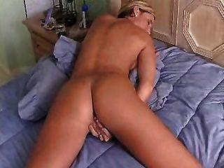 Caliente ama de casa con grandes dedos de culo su coño hasta orgasmos