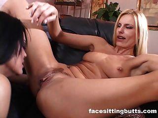 Lesbianas milfs jugar con los demás en un trío