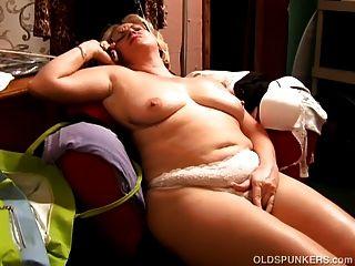 Hermosa vientre grande maduro bbw le encanta jugar con su coño