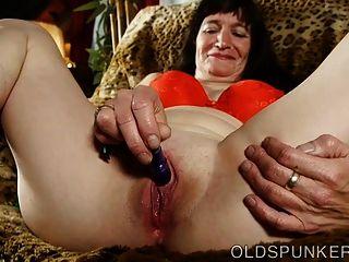 Encantadora señora mayor folla su coño húmedo empapado para usted