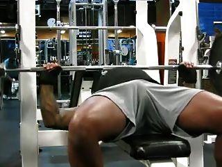Jc muestra la impresión de dick en el gimnasio