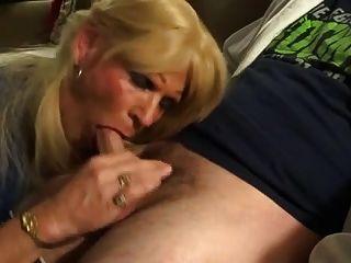 El tío consigue la mamada asombrosa del Cd