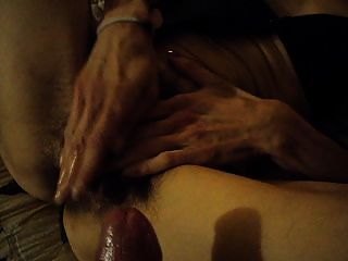 Mujer juega con el coño peludo