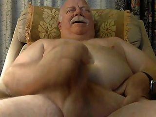 Papá gordo masturbándose