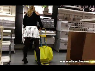 Upskirt y parpadeo sin bragas en una famosa tienda 2