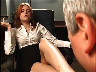 Jefe pelirroja le hace chupar sus pies