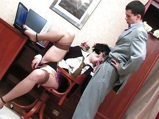 Caliente madura perra disfruta de sexo anal duro