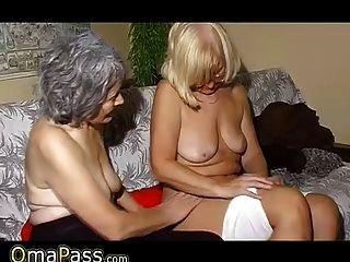 Omapass viejo lesbianas pareja masturbándose coño con juguete