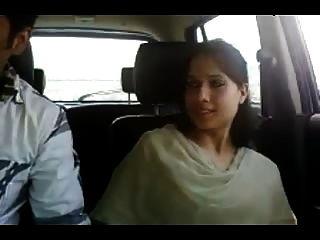 Kashmiri gf dar una mamada y conseguir dedos en el coche