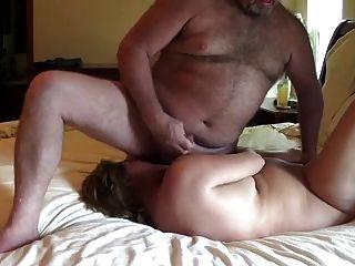 Esposa corre con el esperma de su marido en la cara