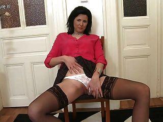 Caliente mamá real y ama de casa muestra su cuerpo sexy