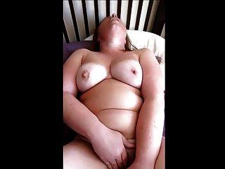 Chubby juega con su vibración hasta el orgasmo