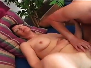 Gorda pelirroja joven en buena acción