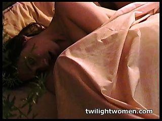 Twilightwomen naughty lesbianas masturbación y besos