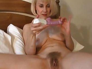 Milf británico sexy se despierta y juguetes su coño!