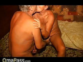 Oldnanny vieja abuela gorda y adolescente gordo está disfrutando con un consolador 4