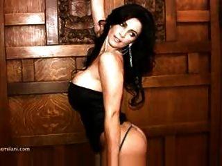 denise milani en un vestido negro no desnudo