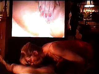 pareja viendo porno y obtiene una mamada