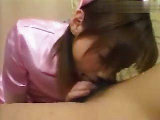 asiática niña en uniforme da la cabeza