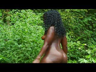 chica negra sexy en sesión de fotos