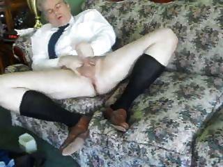 un hombre masculino saca en sus largos calcetines otc negro