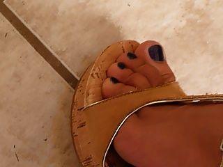piernas perfectas y pies weedge talones