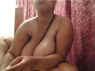 webcam clip 1456 enormes tetas naturales mientras se sienta