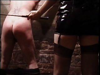 la dominatrix asiática preciosa del látex lo azotó y pone los clips en su polla del sissy