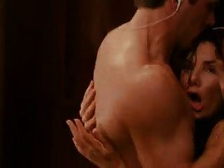 desnudo Sandra Bullock sale de la ducha y cae