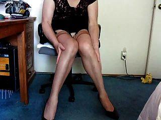 mostrando en medias y mostrando los pies