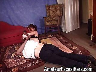 blanco dominante en señora de la ropa interior lucha con un individuo