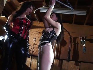 amante en látex molestando a su esclavo