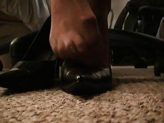 pantyhose pies bajo el escritorio