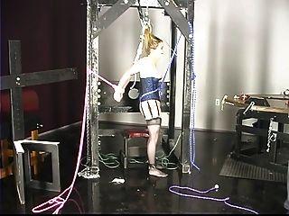 linda joven en corsé tiene sus pezones y coño torturado por el maestro