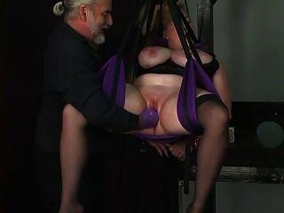 esclavo queda atado por cuerdas y dom pone un guante profundo en su coño