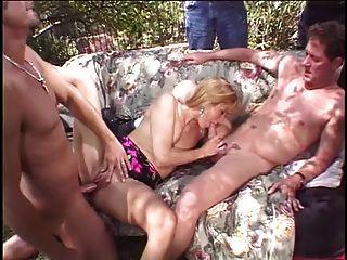 rubia esposa es follada por dos clavos delante de su marido