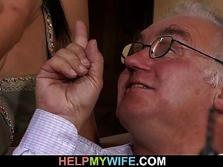 viejo marido mira a su dulce esposa fuck