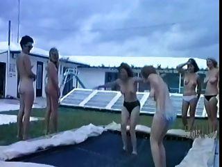 escena de campamento nudista vintage