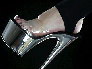 trague la suciedad de los pies de su amante, la dominación del pie