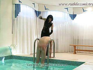 una sirvienta de sexo en la piscina