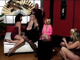 mujeres maduras y dos lindos amigos jóvenes tienen hombre calvo adorar a sus pies
