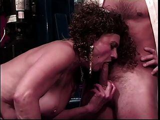 vieja puta obtiene coño lamido por un chico más joven