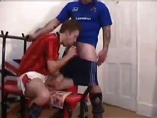 chicos de fútbol británico follan en el vestuario